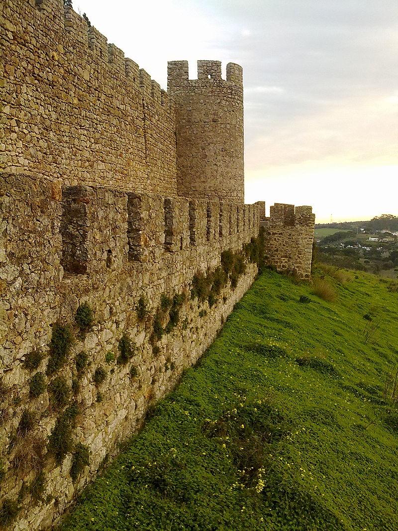 800px-Castelo_de_Santiago_do_Cacém_-_muralha,_torre_e_barbacã